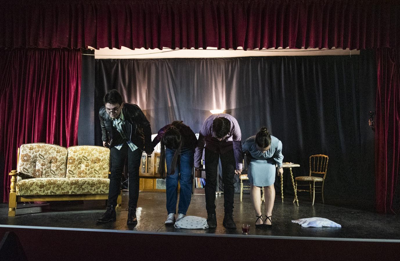 Preotul care scoate orașul la teatru (fotoreportaj)